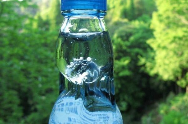 カラダに刺激を与えてアドレナリンを出そうとして飲む冷たい炭酸飲料のイメージ