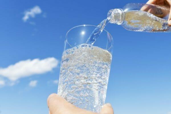 便秘改善のために水分をたくさん摂るイメージ