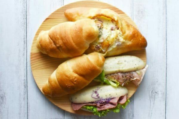 血糖値を急上昇させる原因である砂糖や小麦粉をつかったパンのイメージ