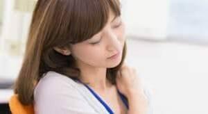 生理を引き起こす黄体ホルモンのせいで仕事に集中できない女性のイメージ
