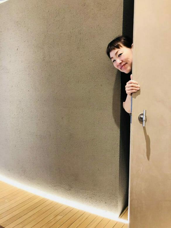 サンナナサロンで楽しそうに働く株式会社MEETSHOPの代表取締役である前田晴代の写真