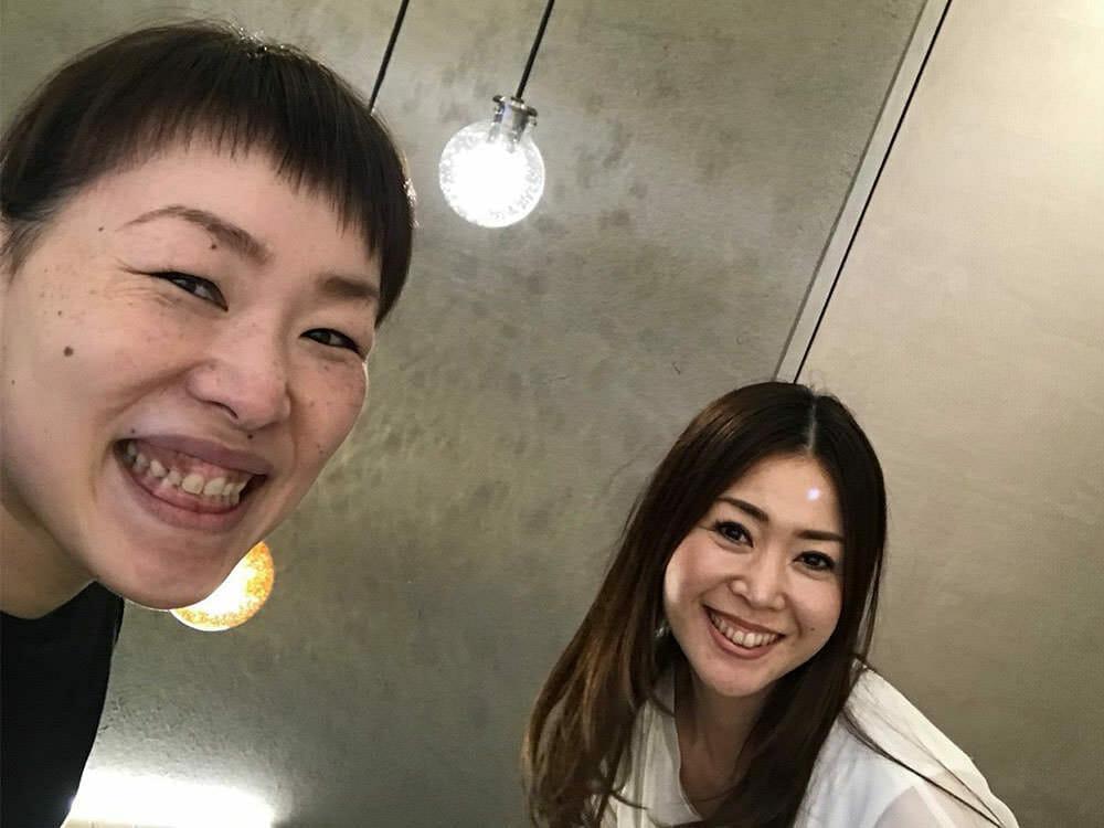 サンナナサロン常連のお客様と株式会社MEETSHOPの代表取締役である前田晴代の写真