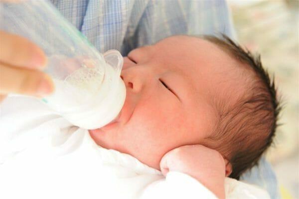 乳糖を消化する「ラクターゼ」という乳糖分解酵素をもっている赤ちゃんのイメージ