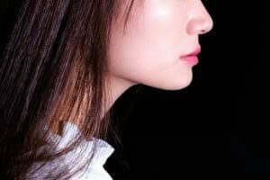 ニベアを使用している女性のイメージ