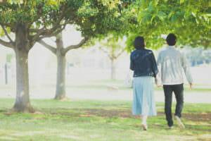 ファスティング中に散歩する人のイメージ