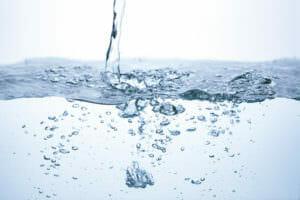 化粧品や医薬部外品の成分のほとんどが「水」であることを表した画像