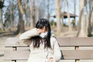 アトピー性皮膚炎などのアレルギーに悩む女の子のイメージ