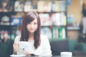 周産期(妊娠期)なのでコーヒーを控えている女性のイメージ