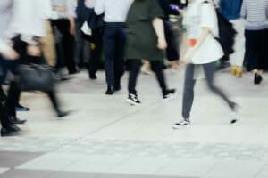 自律神経が私たちの意思ではコントロールすることが出来ないという歩く人のイメージ