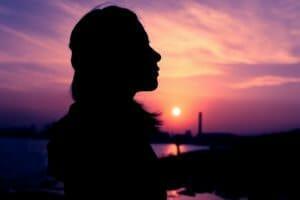 便秘や痔に悩む貧血女性のイメージ