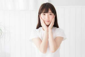 アトピー性皮膚炎などのアレルギーに悩む女性のイメージ
