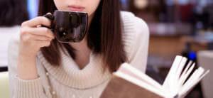 学習と記憶に影響し、一般的に反応時間、覚醒、集中、運動コントロールを向上させる効果も認められているコーヒーを飲む女性のイメージ