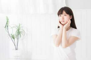 アトピー性皮膚炎に悩みワセリンを使う女性のイメージ