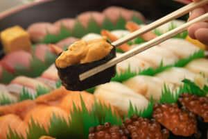 ダイエットするも三日坊主におわりお寿司に手を出すイメージ