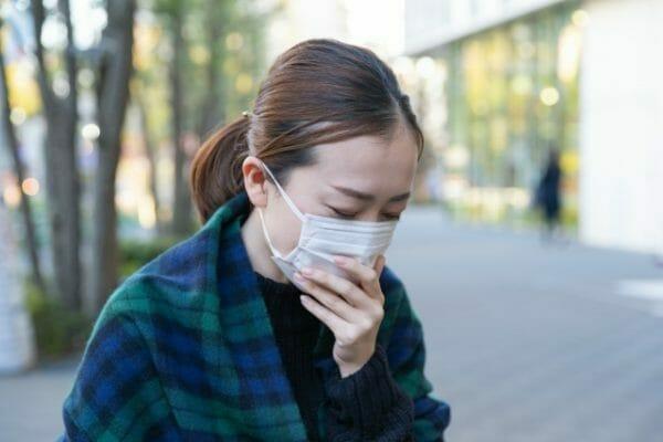 免疫力低下してストレスと便秘に悩む女性のイメージ