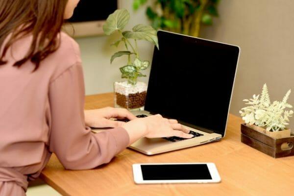 ストレスと生理不順の関係について検索する女性のイメージ