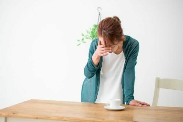 貧血になり生理痛と生理不順の原因であるプロスタグランジンが発生してしまった女性のイメージ