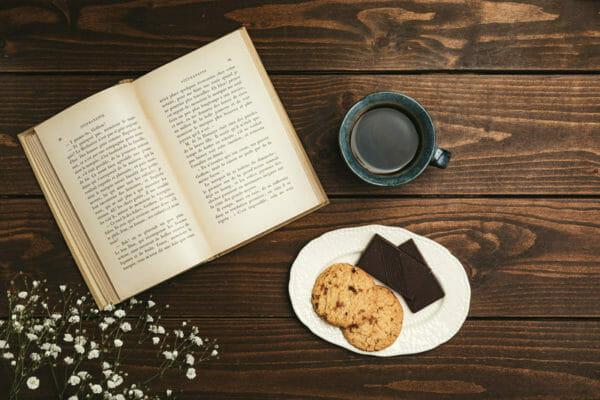 ごはんの朝食よりパンの朝食の方がアドレナリンを作りやすく血糖値を上げやすいことをメモしているイメージ