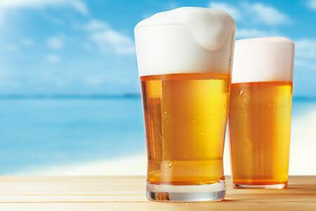 ビールを飲むと肝臓がアルコールの処理をしなくてはいけなくなり日焼けをしてしまうイメージとしてビールの画像