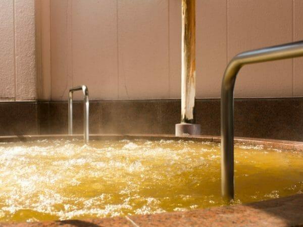 朝に熱いシャワーが好きな人は日常的にストレスをたくさん抱えている人かもしれないことをイメージさせる湯船の画像