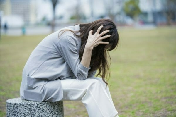 ストレスで自律神経が乱れている女性のイメージ