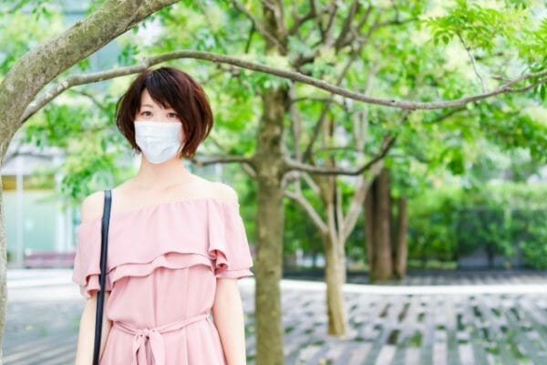 コロナのマスク生活でストレスを抱える女性のイメージ