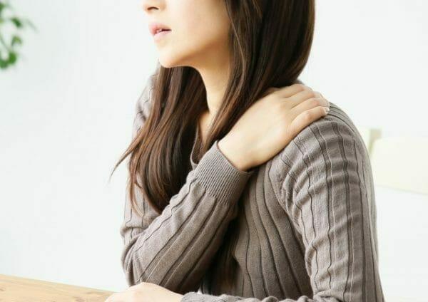 血液の流れが悪くなりニキビや肌荒れ、炎症を起こす女性のイメージ
