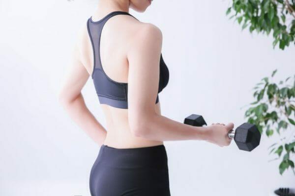 タンパク質が足りないため筋肉を溶かしてエネルギーを作っているダイエット中の女性の画像
