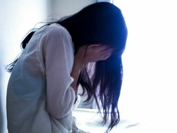 貧血を持っている女性がヨガをした後にしんどくなっている様子