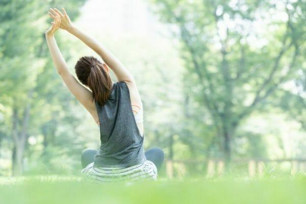 リラックス効果のあるヨガやマインドフルネスを上手く生活に取り入れている人のイメージ