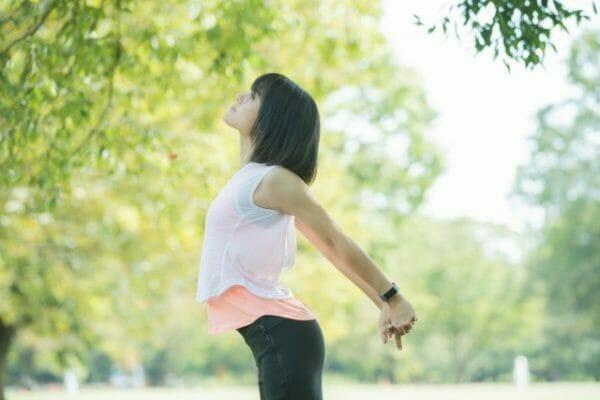 肝臓のケアをして副腎の調子を整える女性のイメージ