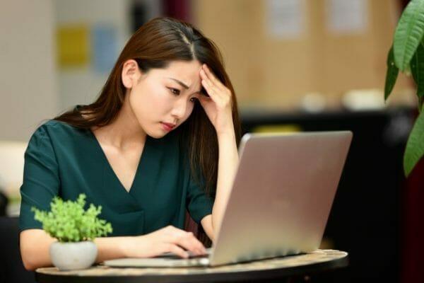 貧血が原因の頭痛で悩んでいる女性のイメージ