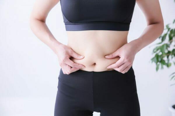 ダイエット中にフルーツ(果物)を食べ過ぎて中々痩せることのできない女性の画像