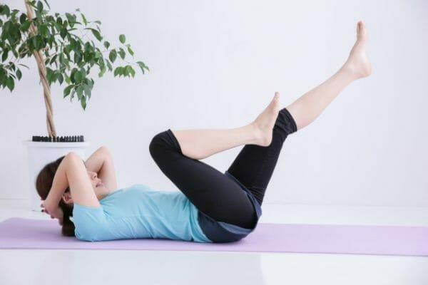 朝起きてすぐ筋トレをする習慣をつけて眠りの質がよくなった女性のイメージ