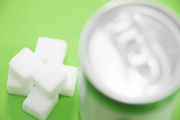 エナジードリンクに大量の砂糖が入っているイメージ