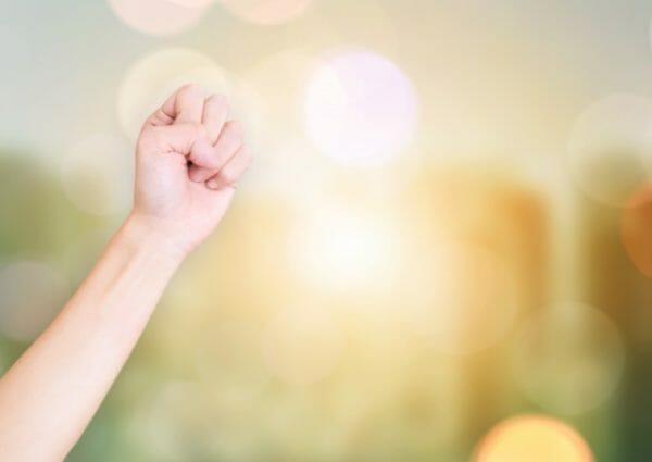 エナジードリンクを飲まずに眠気から解放する方法を知り喜んで拳を突き上げているイメージ