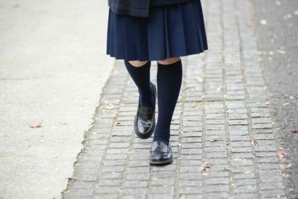 先生に気に入られているから学校に行く足取りが軽くなった女の子のイメージ