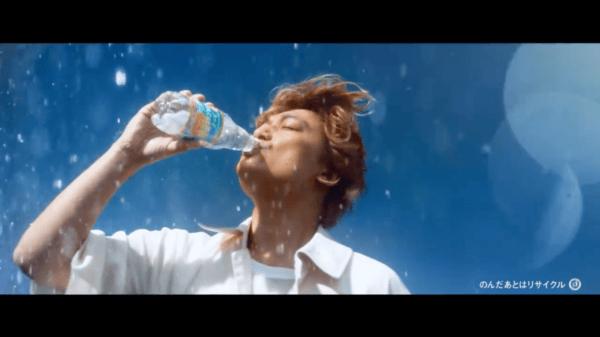 リフレッシュのために飲まれている炭酸水飲料のイメージ