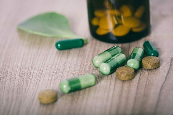 粉末・錠剤・カプセルという形態のサプリメントのイメージ