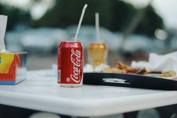 幸福感を感じるために飲みたくなる炭酸飲料のイメージ