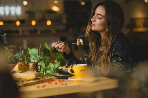 インスリンが多く分泌される食事を摂る人のイメージ