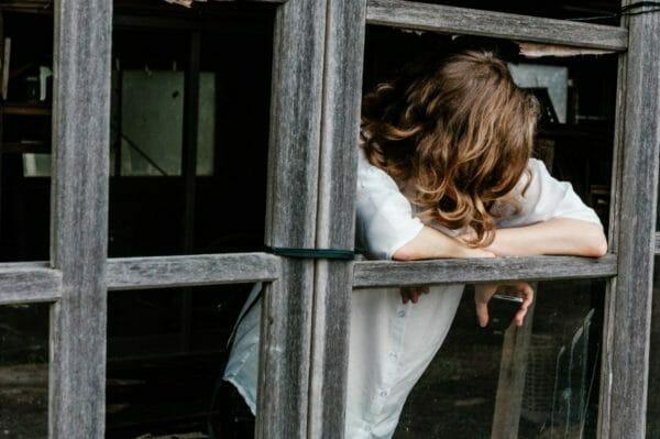 更年期について不安を抱えている女性のイメージ