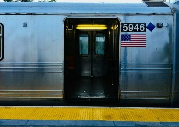 換気や空気の循環を重視するために常に開けられている電車のドアのイメージ