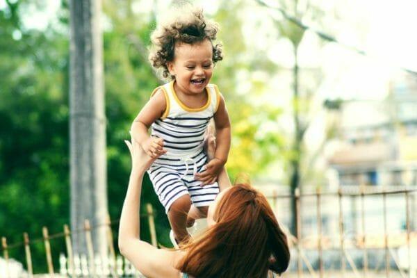 出産後に尿もれの悩みを抱えている女性のイメージ