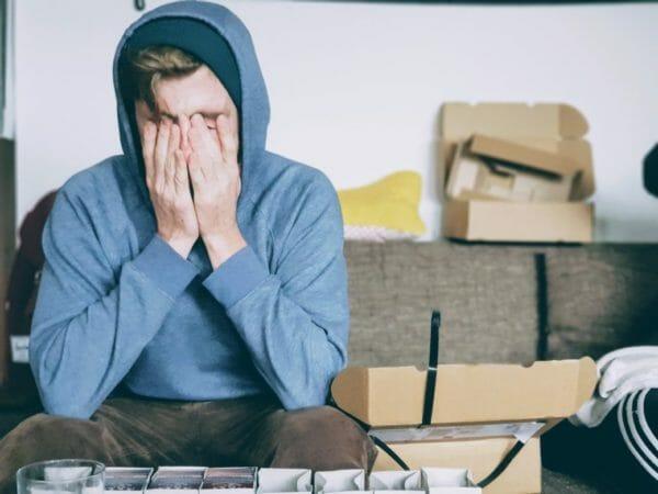 風邪をひいて鼻水が出てしんどそうにしている男性の イメージ