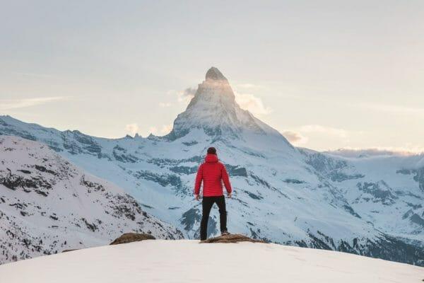 酸欠の症状を引き起こす高い山への登山をしている男性のイメージ