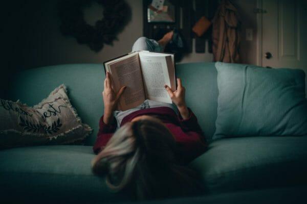 睡眠前に読書をしている女性のイメージ