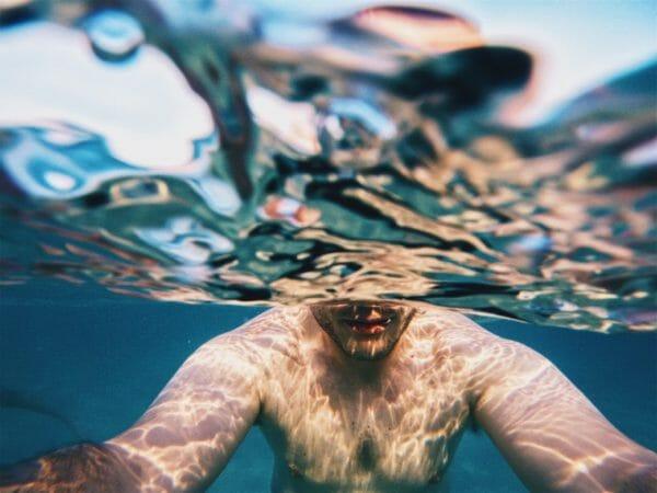 水に中にいることで酸欠状態になっている男性のイメージ