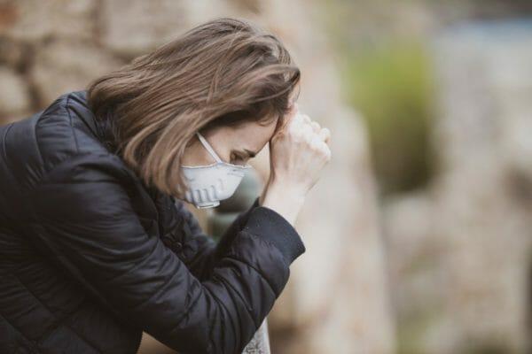 貧血による体調不良でしんどそうにしている女性のイメージ