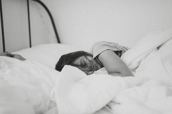 自律神経が乱れていることと副腎疲労が原因で朝に起きられない女性のイメージ